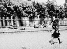 Fußgänger und Leichen verhungerter Bauern auf einer Straße in Charkiw, 1933.