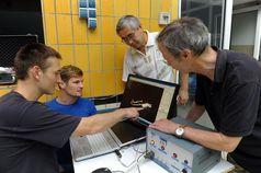 Das Team der Jenaer Sportwissenschaftler (v.l.) Dr. Stefan Hochstein, Phillip Sonnenberg, Anvar Jaku Quelle: Foto: Jürgen Scheere/FSU Jena (idw)