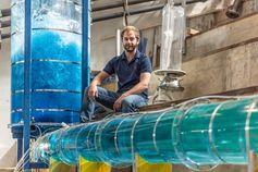 Franz Georg Pikl im Wasserbau-Labor der TU Graz. Die von ihm entwickelte Technologie könnte 90 Prozent der weltweiten Energieversorgung decken Quelle: © Staudacher - TU Graz (idw)