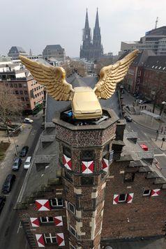 Ford Fiesta Fluegelauto, der restaurierte goldene Vogel wieder auf seinem Turm, Koeln  Bild: Ford-Werke GmbH Fotograf: Ford-Werke GmbH