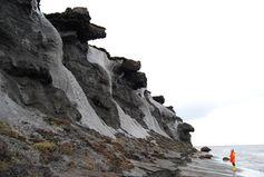 Die Küste der Insel Muostakh, die vor Sibirien in der Laptevsee liegt, verliert durch Erosion an Fläche und Masse. Quelle: Alfred-Wegener-Institut/Thomas Opel (idw)