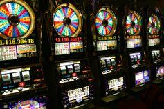 In Las Vegas wird der einarmige Bandit auch slot machine (Schlitzmaschine) genannt