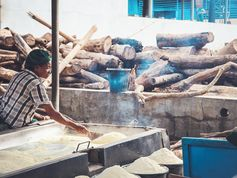 Trocknen von Maniokmehl in Ibadan, Nigeria: Forscher im BiomassWeb-Projekt suchen neue Nutzungsmöglichkeiten für Maniokprodukte, um die Pflanze optimal zu nutzen. Quelle: © Foto: Katharina Zinn/ZEF (idw)