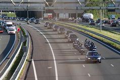Kolonne der Leichenwagen mit den Verstorbenen, in der Niederlande.
