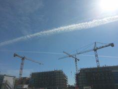 Chemtrails - persistente Kondensstreifen - am Himmel über Bergedorf bei Hamburg im Jahr 2015