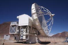Atacama Pathfinder Experiment in 5100 m Höhe. 11.000 km Luftlinie zwischen APEX und dem 100-m-Radioteleskop Effelsberg entsprechen dem Abstand von Sirius im Maßstab des Effelsberger Planetenwegs. Quelle: Norbert Junkes, MPIfR (idw)