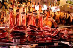 Ibérico-Schinken verschiedener Qualitätsstufen (sowie andere spanische Schinkenarten) bei einem Verkaufsstand in den La Boqueria-Markthallen in Barcelona