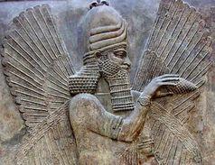 Assyrische Palast-Schnitzereien, die auf 713-716 v. Chr. datiert werden, zeigen vierflügelige, gottähnliche Figuren, die Kiefernzapfen empor halten.