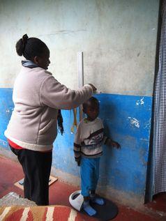 Für die Forschung wurden die Kinder gemessen und gewogen.
