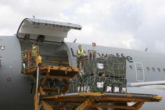 Schweres Gerät bringt die Paletten mit Zeltmaterial in den Airbus