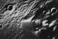 """Eine rechteckige Einfriedung mit einem Längendurchmesser von 104 Kilometern nahe dem Krater Fontanelle. Sie scheint aus den Bergen """"herausgeschnitten zu sein und später wieder von Lava überflutet."""