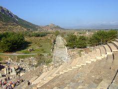 Blick vom Theater auf die Hafenstraße in Ephesos