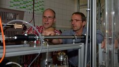 Dr. Torsten Berndt (rechts) und Dr. Frank Stratmann (links) im Chemielabor des Leibniz-Instituts für Troposphärenforschung in Leipzig. Die beiden IfT-Wissenschaftler waren an der Entdeckung des neues Oxidationsmittels in der Atmosphäre beteiligt, das Luftschadstoffe abbaut. Quelle: Foto: Tilo Arnhold/IfT (idw)