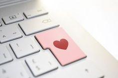 Liebes-Button: Aussehen beim Online-Dating im Fokus.