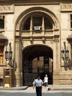 Der Eingang zum Dakota Building, vor dem Lennon erschossen wurde