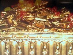Riesige Rubine umhüllt von teilweise verschmolzenen Goldbarren!?!?