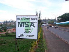 Hinweisschild in Ruanda auf eine Exportfirma für wertvolle Mineralien aus dem Kongo. Kassiterit (Zinnstein) wird z.B. für Halbleiter, Katalysatoren, Legierungen und Verpackungen verwendet. Coltan – der Name steht für Columbit-Tantalit – kommt als Bestandteil von Kondensatoren in Mobiltelefonen, Computern, Digitalkameras u.a. zum Einsatz. Wolframit wird für Legierungen in der Automobil-, der Raumfahrt- und der Rüstungsindustrie benötigt und ist auch in Mikroelektroden enthalten.Quelle: Foto: Dr. Martin Doevenspeck, Universität Bayreuth (idw)
