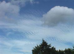 """Natürliche Wolken im Vordergrund, Chemtrail-""""Wolken"""" im Hintergrund als Grundsubstanz für elektromagnetische Frequenzen (Hessen 2011)"""