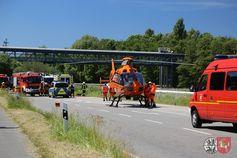 Mit dem Rettungshubschrauber Christoph 29 musste einer der Fahrer in ein Krankenhaus geflogen werden. Bild: Feuerwehr