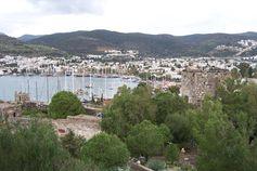 Blick vom Kastell auf den Yachthafen.
