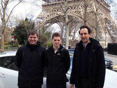 Das deutsch-französische Projektteam bestehend aus Daniel Rother, Stefan Ilsen (beide TU Braunschweig) und Pierre Bretillon(TDF) vor dem Eiffelturm Quelle: IfN/TU Braunschweig (idw)