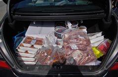 Der Kofferraum war voll bepackt mit Fleisch und anderen Lebensmitteln.
