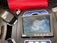 Über die Endoskopkamera wurde die Hündin entdeckt und während der Grabungen beobachtet. (Bild: Feuerwehr Frankfurt am Main)