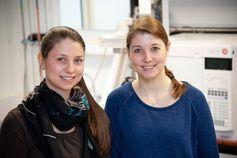 Die Doktorandin Alexandra Capodeanu-Nägler (links) und Dr. Sandra Steiger forschen am Institut für experimentelle Ökologie Quelle: Foto: Eberhardt/Uni Ulm (idw)