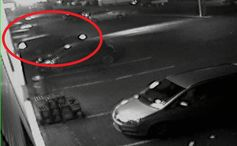 Der Räuber flüchtete mit einem dunklen Kombi Bild: Polizei