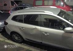 In der Tür des Renault Megane ist deutlich eine Delle zu erkennen. Bild: Polizei