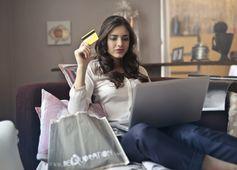Frau am Laptop mit Kreditkarte