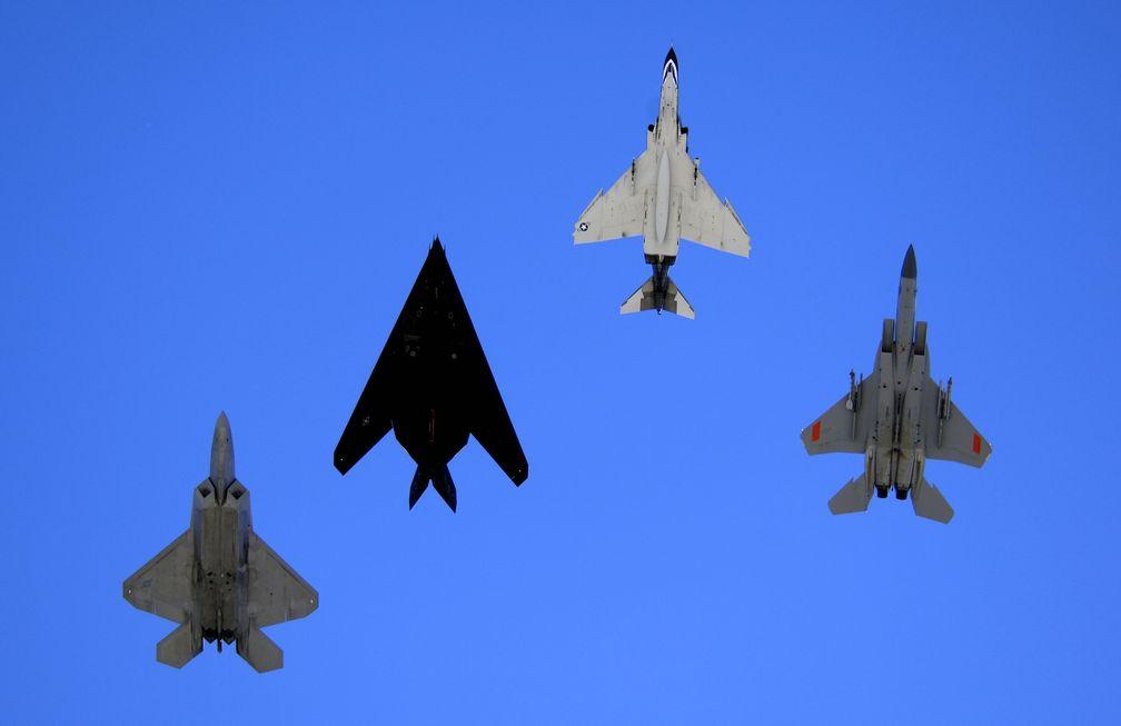 Vergleichsansicht: v.l. F-22 Raptor, F-117 Nighthawk, F-4 Phantom II und F-15 Eagle im Dezember 2007 (Symbolbild)