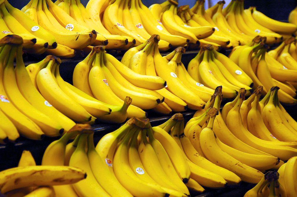 Reife Bananenfrüchte in einem Supermarktregal