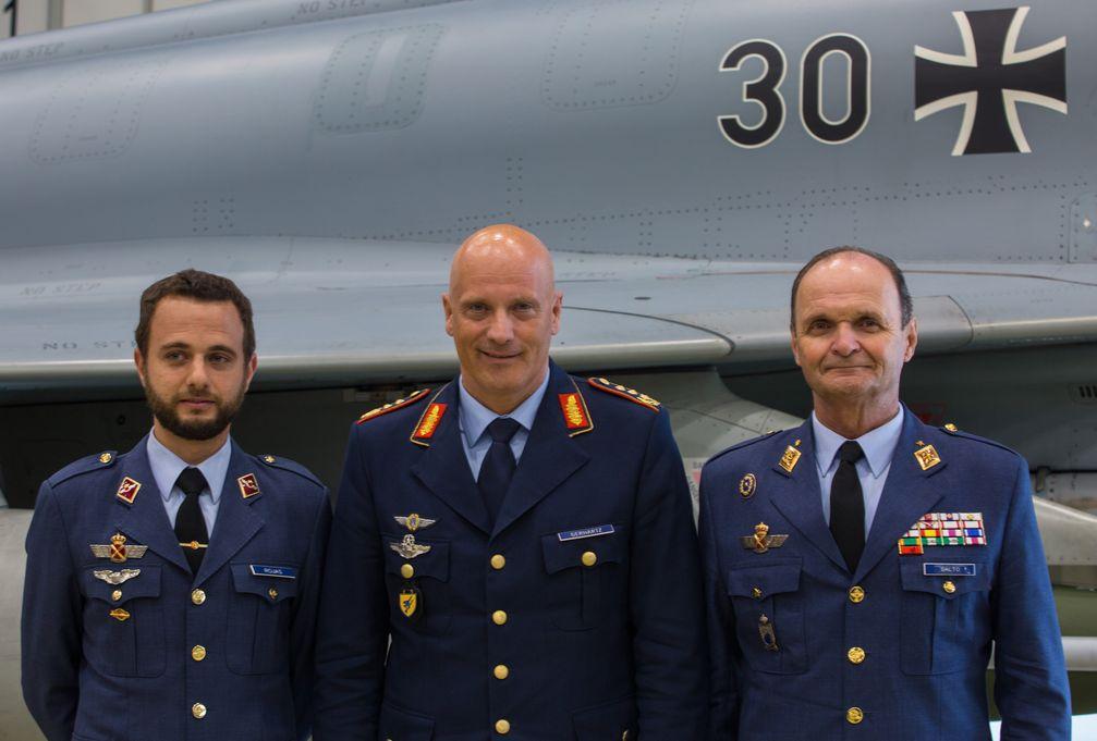 Der Inspekteur der Luftwaffe, Generalleutnant Ingo Gerhartz, mit seinem spanischen Amtskollegen, General Javier Salto Martínez-Avial (re.) und einem ersten spanischen Lehrgangsteilnehmer Bild: Bundeswehr