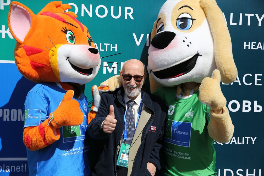 """Bill Asprey attending the Football for Friendship events with mascots he designed - Freddy the dog and Freida the cat. Bild: """"obs/FOOTBALL FOR FRIENDSHIP/Football for Friendship"""""""