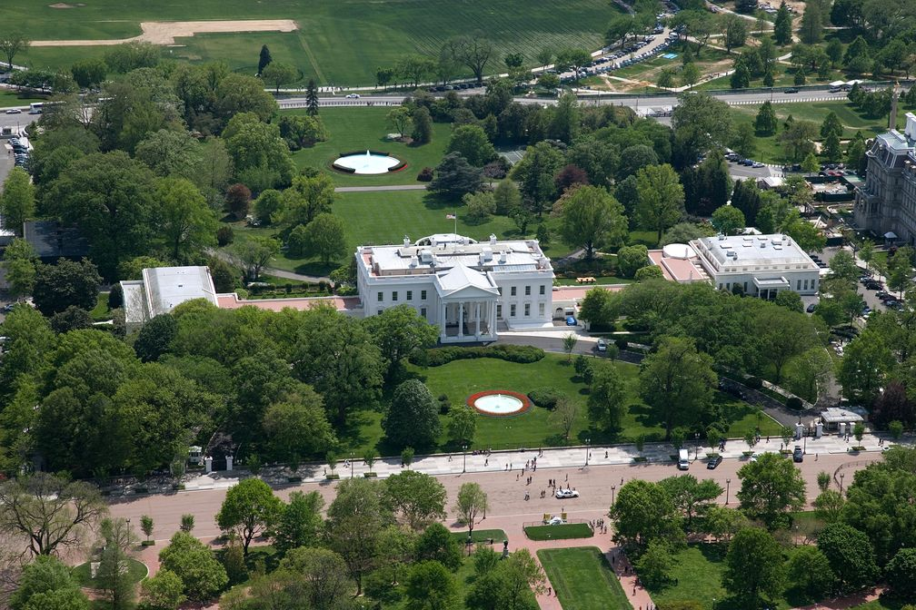 Das Weiße Haus (englisch White House) in Washington, D.C. ist Amts- und offizieller Regierungssitz des Präsidenten der Vereinigten Staaten.