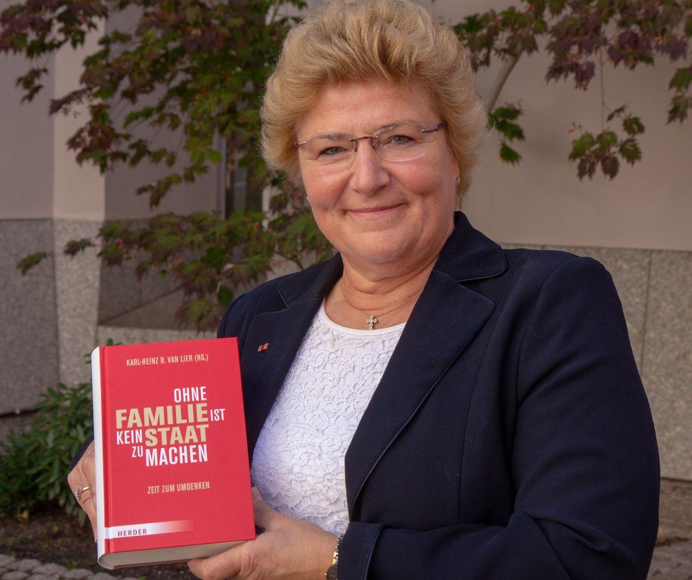 """Sylvia Pantel mit Ihrem Buch """"Ohne Familie ist kein Staat zu machen"""" (2018)"""