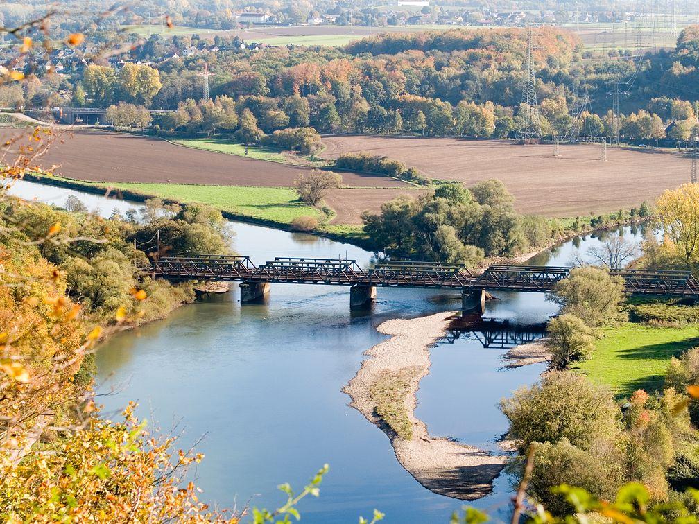 Die Mündung der Lenne (rechts im Bild) in die Ruhr unterhalb der Hohensyburg