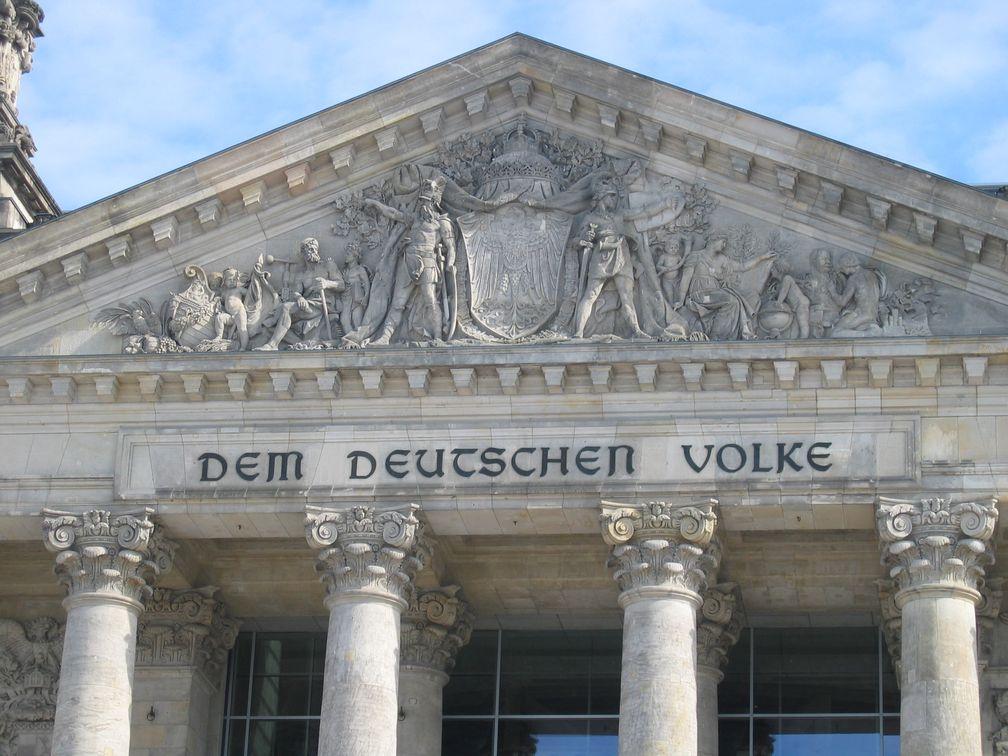 Giebel des Reichstags, Relief von Fritz Schaper und der von Peter Behrens gestaltete Schriftzug