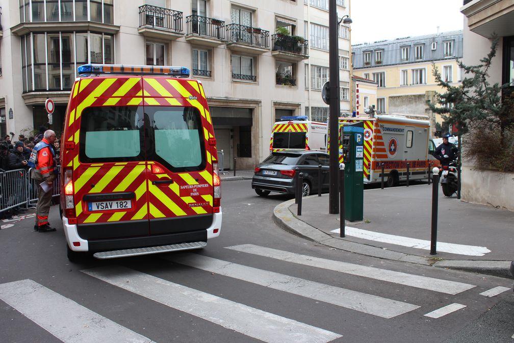 Einsatzkräfte vor dem Charlie-Hebdo-Büro am 7. Januar 2015