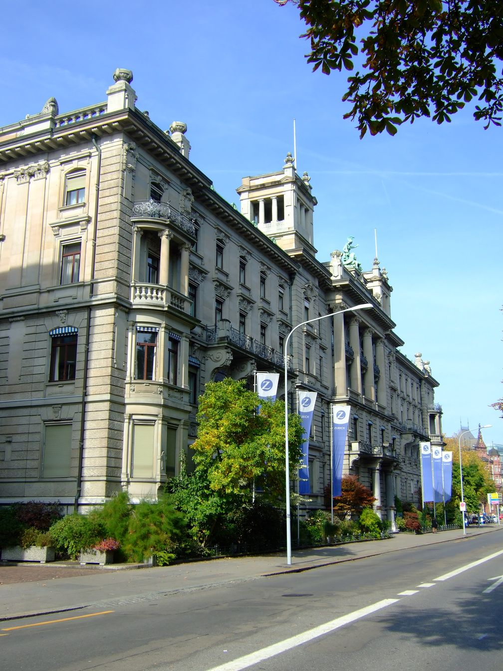 Der Hauptsitz in Zürich am Mythen-Quai 2008 seeabwärts gesehen.