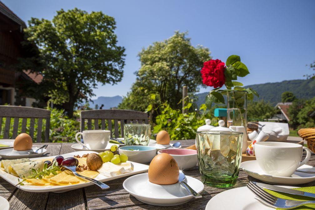 Frühstückstisch am Bauernhof mit regionalen und selbst produzierten Köstlichkeiten Bild: Urlaub am Bauernhof Österreich Fotograf: Bernd Suppan