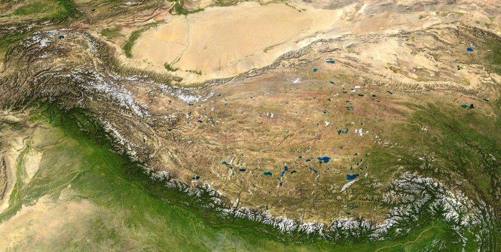 Der Himalaya sind die weiß erscheinenden Ketten am Südsaum des tibetischen Hochlandes (zusammengesetzte Satellitenbilder)