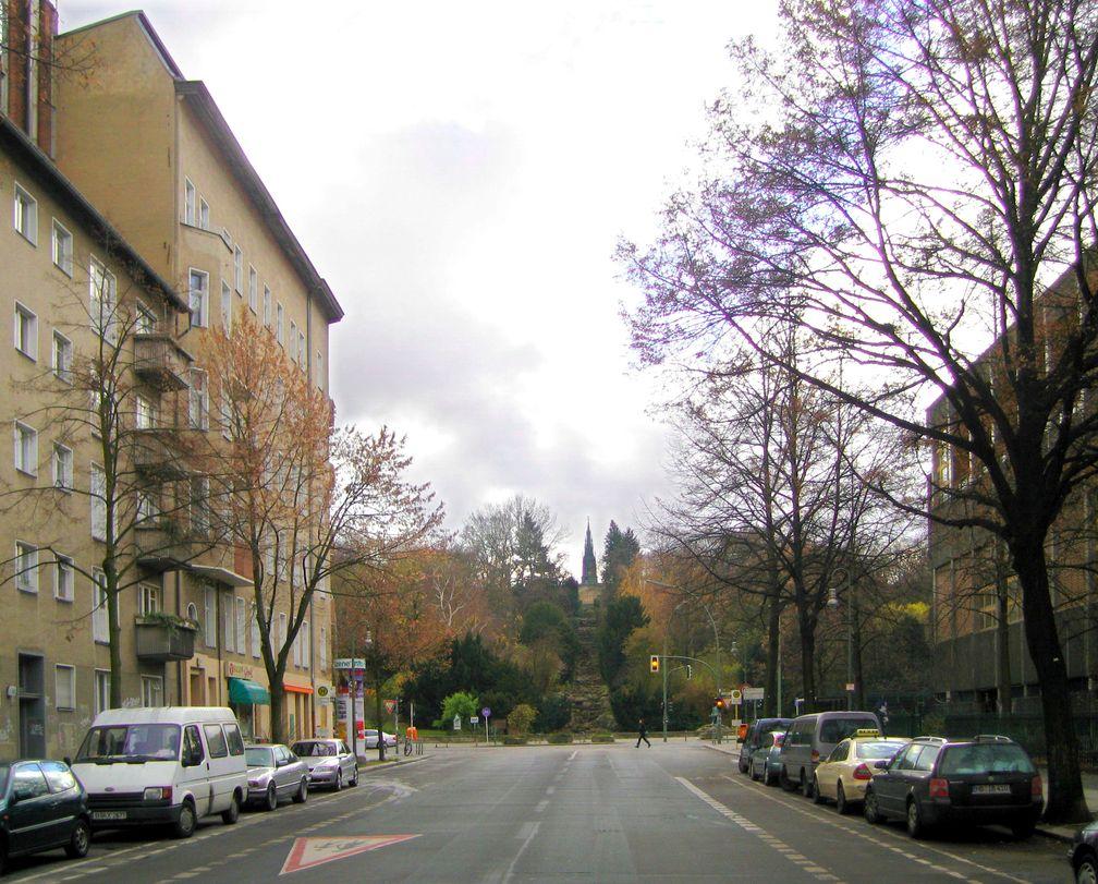 Blick auf den Kreuzberg mit Wasserfall aus der Großbeerenstraße, 2007