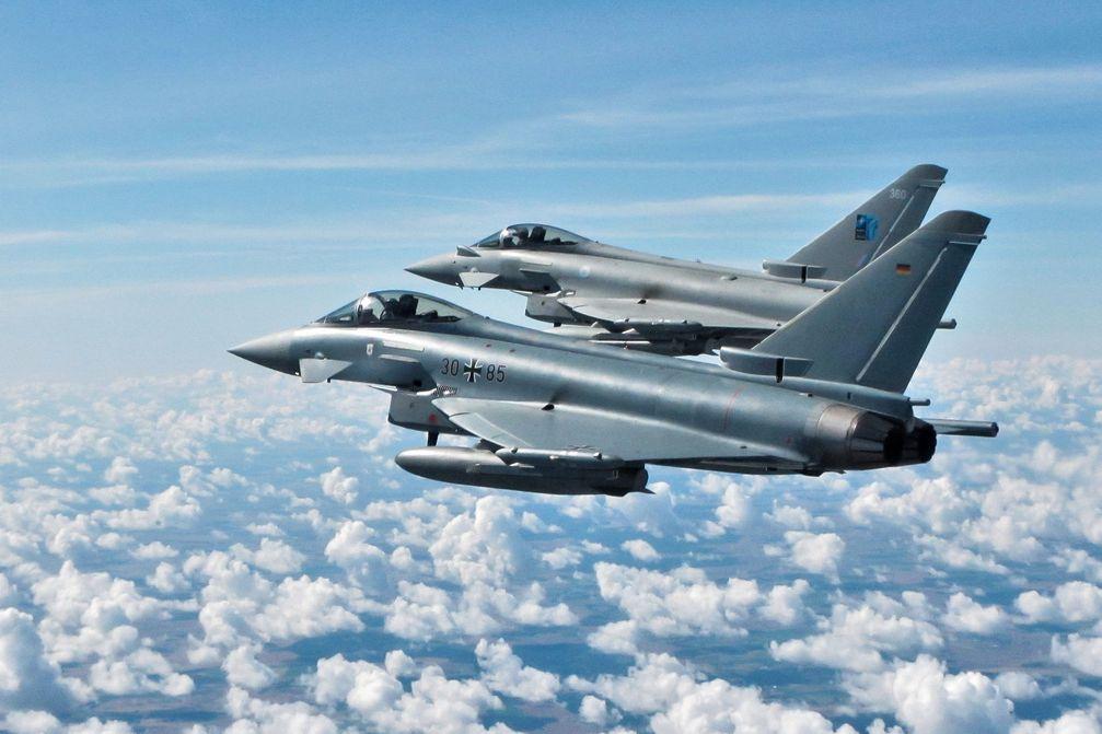 """Die gemischten deutsch-britischen QRA-Teams mit dem Eurofighter vom Taktischen Luftwaffengeschwader 71 """"Richthofen"""" üben im Luftraum verschiedene Manöver während der Combined Air Policing GAF-RAF in Litauen, am 24.07.2020. Bild:     MOD Crown Copyright 2020/SAC Iain Curlett"""