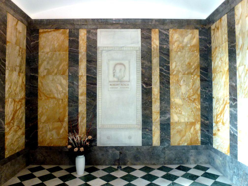 Mausoleum im RKI, ein großer Raum gegenüber dem Hörsaal: Epitaph mit Reliefbild von Robert Koch