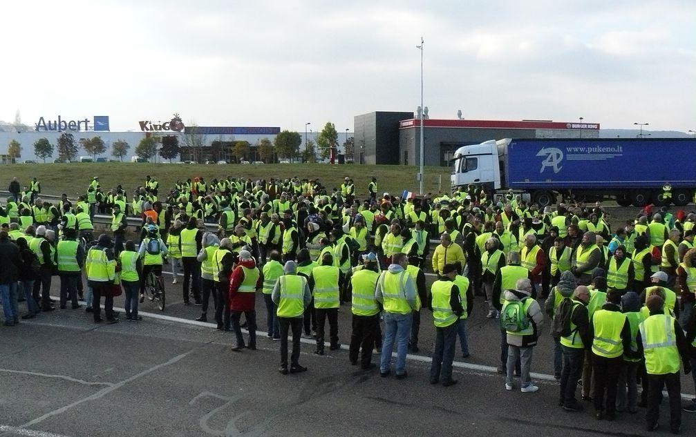 Gelbwesten blockieren am 17. November 2018 die Route nationale19 bei Vesoul (Haute-Saône)