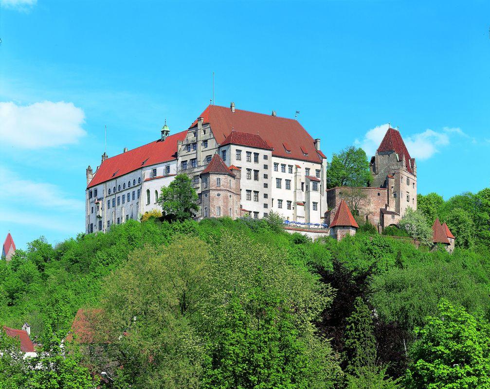 """Auf der herrschaftlichen Burg Trausnitz bietet die Kunst- und Wunderkammer Glanzvolles und Kurioses.  Bild: """"obs/Museum für Franken/Bayerisches Nationalmuseum"""""""