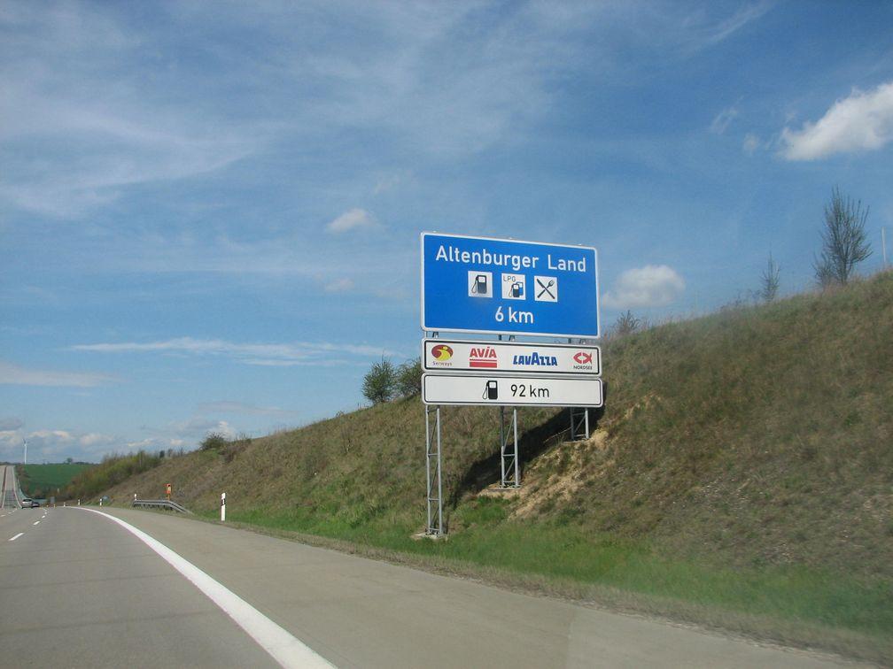 Hinweis auf eine Raststätte an einer deutschen Bundesautobahn