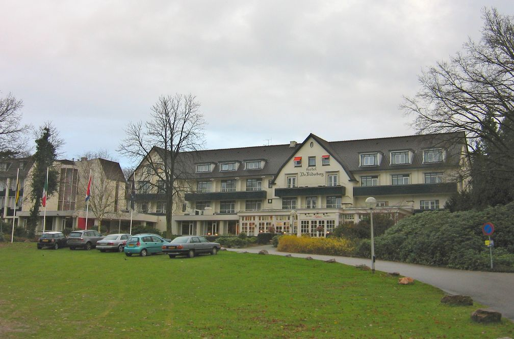 Hotel de Bilderberg in Oosterbeek. Zum ersten Mal wurde die Konferenz im Mai 1954 auf Einladung von Prinz Bernhard der Niederlande in dessen Hotel de Bilderberg in Oosterbeek, Niederlande veranstaltet. Der Name Bilderberg wurde vom ersten Tagungsort übernommen.